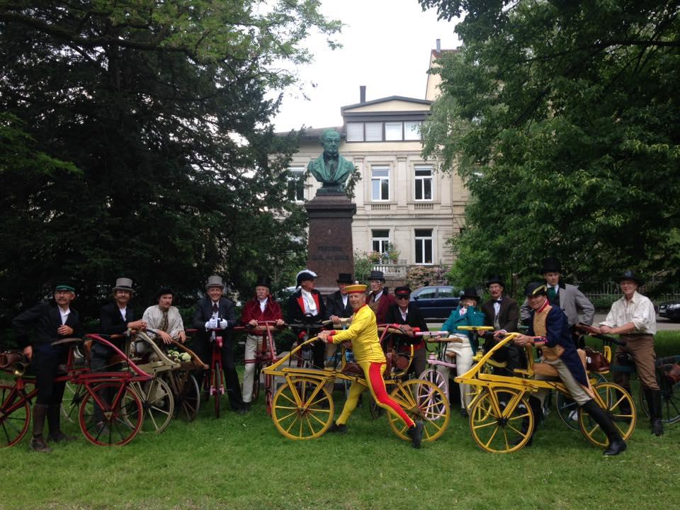 devant la statut de Carl Drais à Karlsruhe